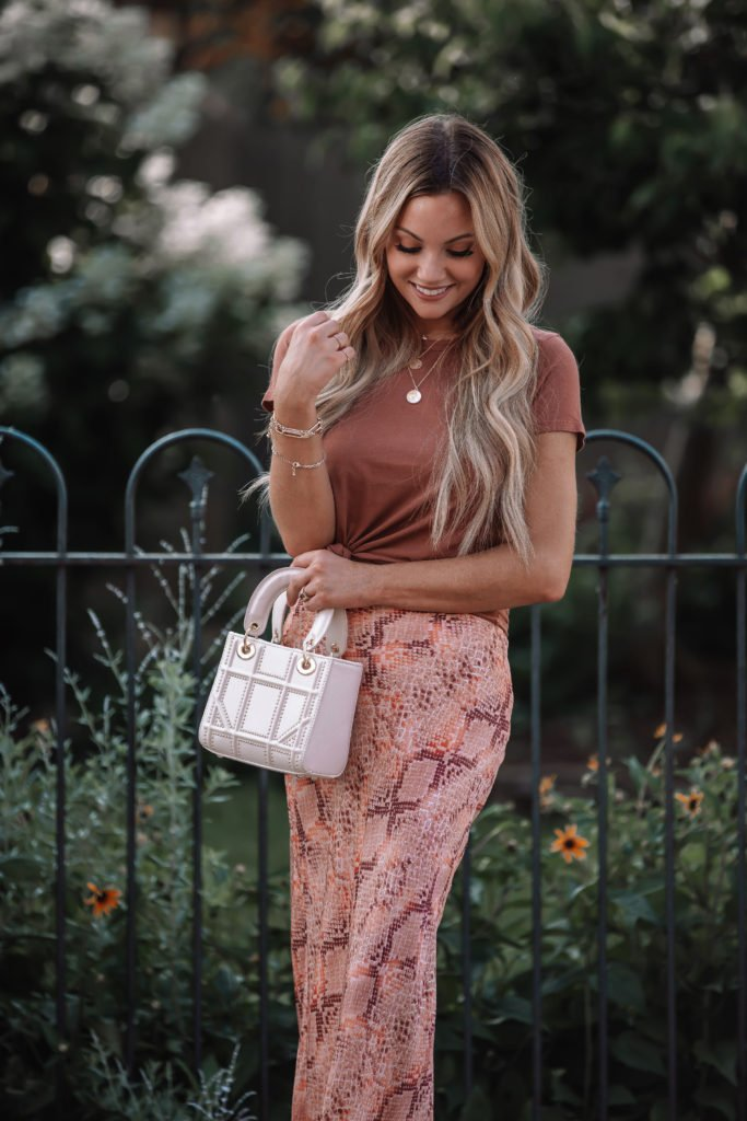 Midi Skirt Outfits for Women & Tee Shirt Trend